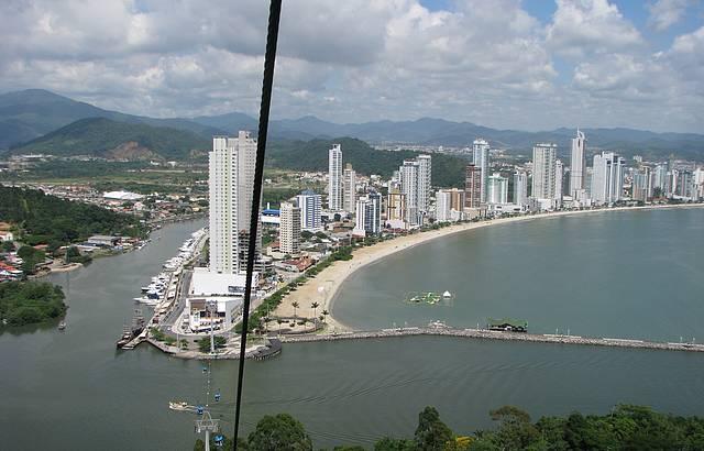 Vista de cima de Balneário Camburiu
