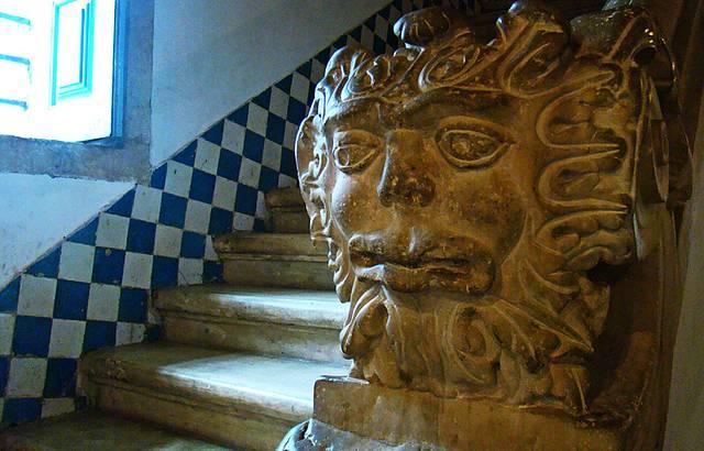 Detalhe em pedra sabão da escada.