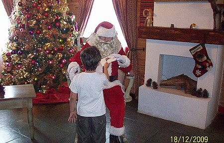 Casa do Papai Noel - Criança entregando carta a papai Noel