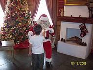 Crian�a entregando carta a papai Noel