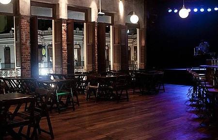 La Esquina Teatro Bar - Segundo andar tem janelões para apreciar a vista