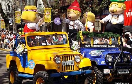 Oktoberfest - Desfiles animam e colorem o centro da cidade