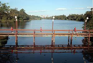 Lago Igap�: �rea verde � ponto de encontro de turistas e moradores -