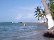 Lagoa que encontra com o mar  na Praia do Gunga