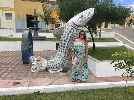 Praça de Piranhas - Pose ao lado do Simbolo da Cidade onde findou o Cangaço