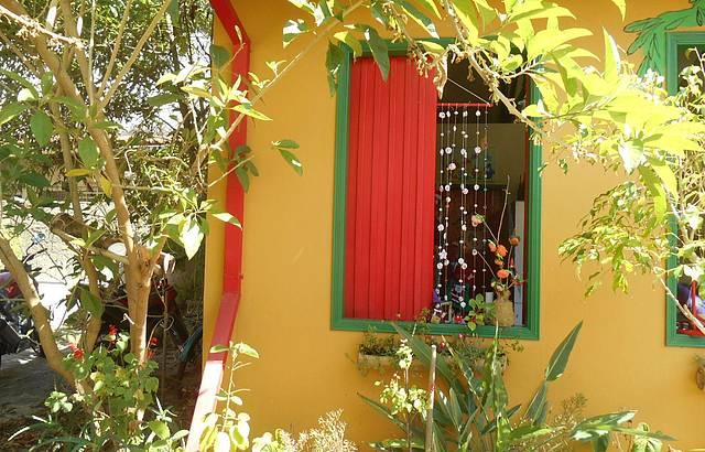 Janela colorida e cortina de fuxico.