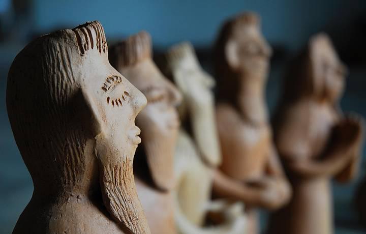 Figuras de barro são enfeites típicos