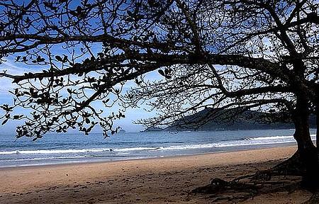 Trekking leva à paradisíaca praia do Sono