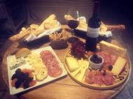 Na Pousada Arcádia, tábua de frios, pães... e vinho!