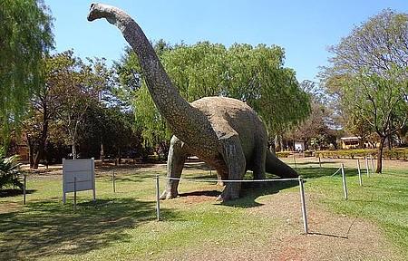 Museu dos Dinossauros - Réplicas se espalham pelos espaços