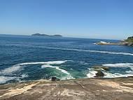 Vista das pedras na praia do Cachadaço para a Ilha do Jorge Grego