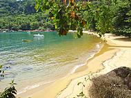 Praia de águas esverdeadas e cristalinas. Perfeita!