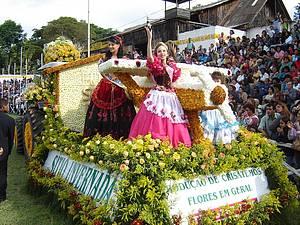 Festa das Rosas: Flores colorem carros durante desfiles<br>