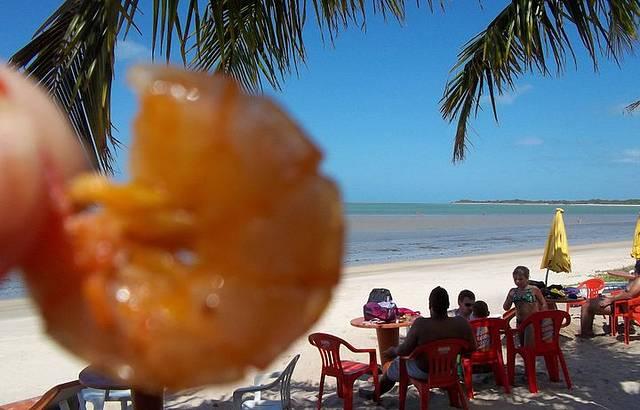 Saboreando um delicioso camarão na praia do Mutá