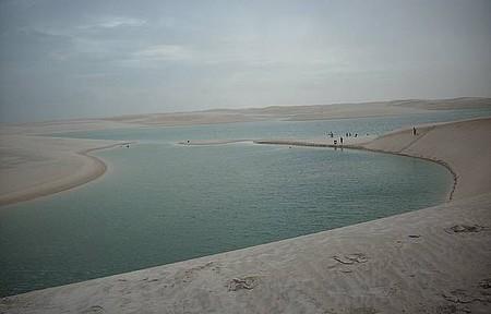 Paraíso de dunas, águas cristalinas e céu azul.