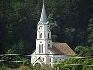 Igreja Lutherana emoldurada pelo verde