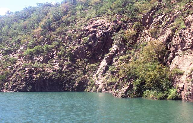 Pedras arenosas e visão paradisíaca das águas verdes do rio São Francisco