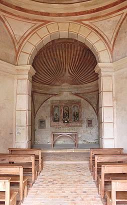 Dentro da Igrejinha do Castelo.