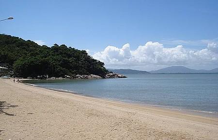 Praia do Antenor e ao fundo, o norte de Floripa.