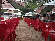 Restaurante com mesas na areia da Praia de Laranjeiras