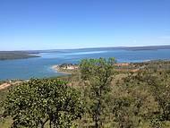 O lago é enorme com margens virgens