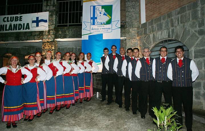 Grupos de dança animam os bailes