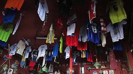 Bar do Português - As camisas Penduradas no teto