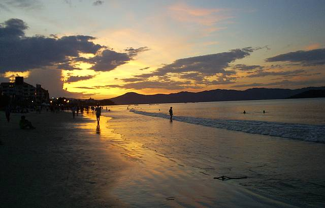 Pôr do sol em Canasvieiras, o balneário predileto de argentinos e gaúchos