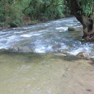 Rio encachoeirado com prainhas