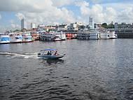 Barcos e canoas enfrentam diariamente estas águas