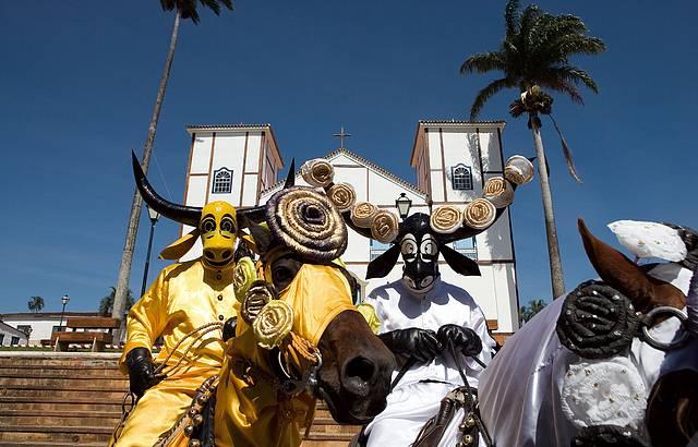 Cavaleiros mascarados animam os festejos