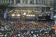 Praça Castro Alves é ponto de encontro de trios e foliões