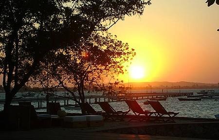 Apreciar o pôr do sol - No Porto da Barra, espreguiçadeiras valorizam ainda mais o momento