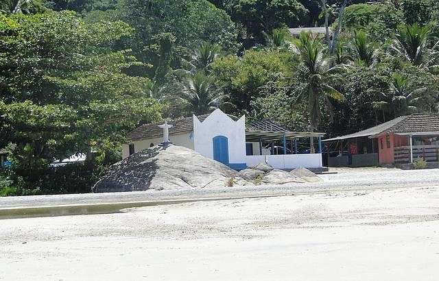 Capela na praia do Aventureiro