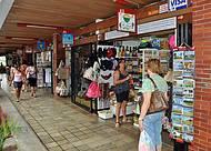 Espaço conta com lojas de artigos típicos