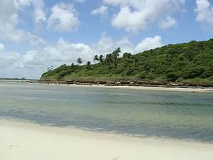 Barra de Catuama: Recifes formam deliciosas piscinas na maré baixa -