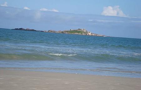 A ilha do Papagaio vista da praia do Sonho