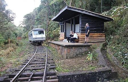 Passeio de trem até Santo Antônio do Pinhal - Estações rústicas garantem o charme