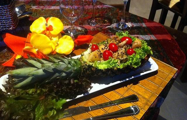 Salada de Camarão no abacaxí