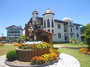 No Centro: Monumento ao imigrante e Prefeitura Municipal<br>