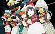 Bonecas de pano enfeitam lojas e fachadas