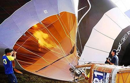 Aeroporto em dia de campeonato de Balonismo - Preparando o Vôo