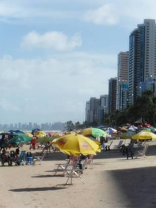 A tarde, predios fazem sombra na praia. Uma del�cia!