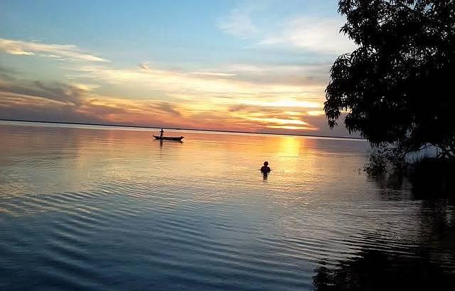 Na Ponta do Cururu, espetacular pôr do sol pode ser visto de dentro da água!