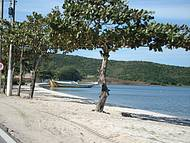 Areia branca e água morna, um banho ou um passeio de bote.
