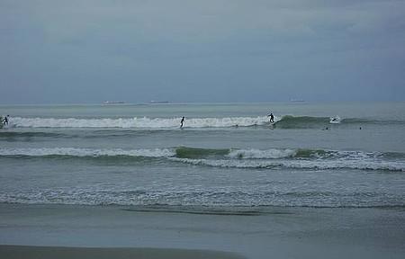Praia Central reúne surfistas até debaixo de chuva