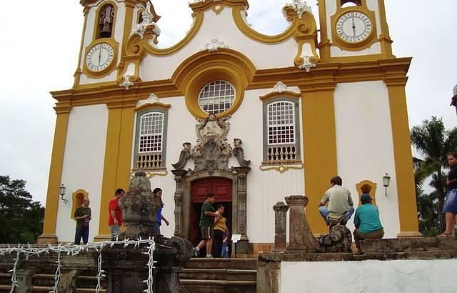 A igreja é linda por dentro, pena não pode fotografar lá dentro. .
