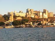 Chegada de barco é espetacular, com sol refletindo nos prédios históricos