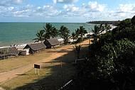 Praia fica pertinho da vila