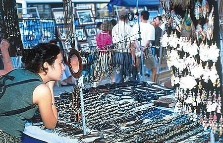 Feira de Ipanema - Na praça tem de tudo - de acarajé a obras de arte, além de roupas e bijuterias